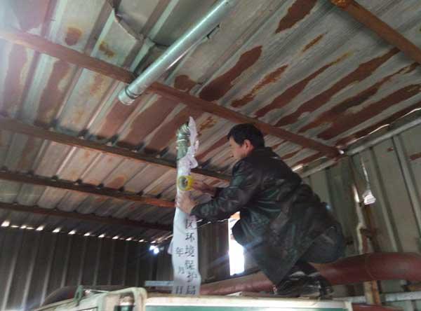 近日,盐城大丰区的听众李先生向本台《政风热线》反映,大丰金丰小区西南角的楼顶上有一个小锅炉,每天烧带橡胶颗粒的木材,排放的是白烟气味刺鼻,大丰区环保局在一份公开通告中称,将于11月底拆除小锅炉,但是至今这个锅炉仍在烧。听众的反映引起了江苏省环保厅的重视,他们派员现场督办此事。 不管举不举报全市拆这个小锅炉是整个的大事。(这是大势所趋我也晓得这是大事。)  现场督办 12月4号上午,省环保厅和大丰区环保局工作人员一起来到现场,首先向锅炉经营者说明了大丰区整治小锅炉工作情况,并对这台锅炉进行了查封。锅炉建在